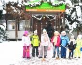 Dzieci w zimowym ogrodzie
